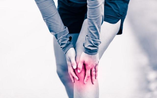 akinek ízületi fájdalma van a lábán