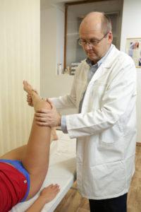a csípőízület kötéseinek károsodása)