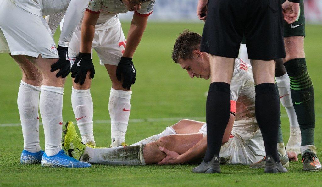 térd sérülést szenvedett)