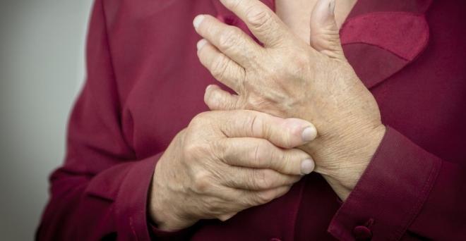 az ujjak ízületeinek fájdalma)