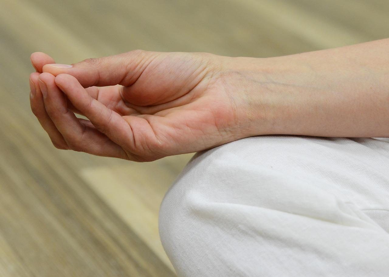 fáj a középső ujj ízületei
