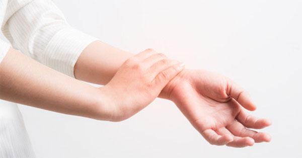 az ujj ízülete vágás után fáj