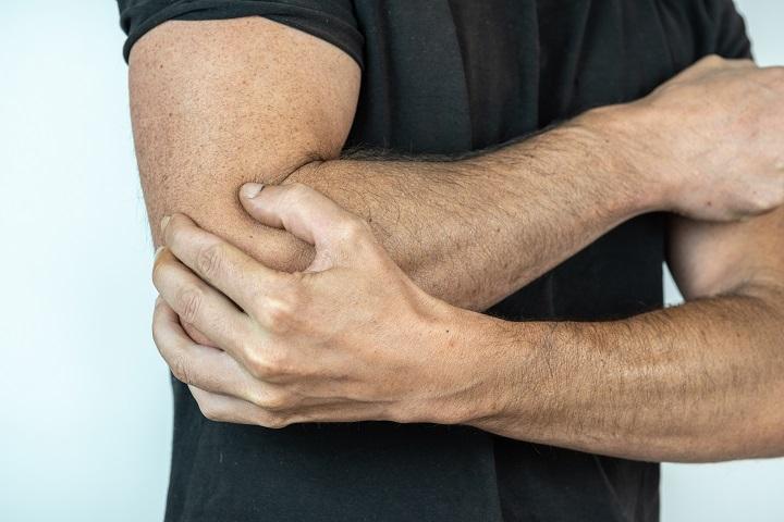 fájdalom a könyökízületben és a kar alatt