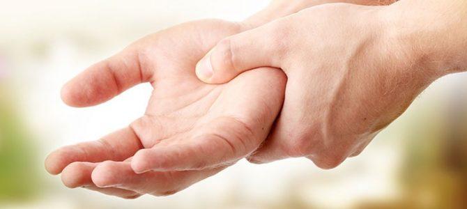 a jobb kéz mutatóujja fáj az ízületben