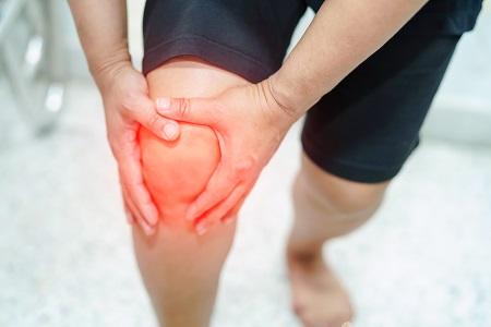 fájdalom a térdízületben és a lábban)