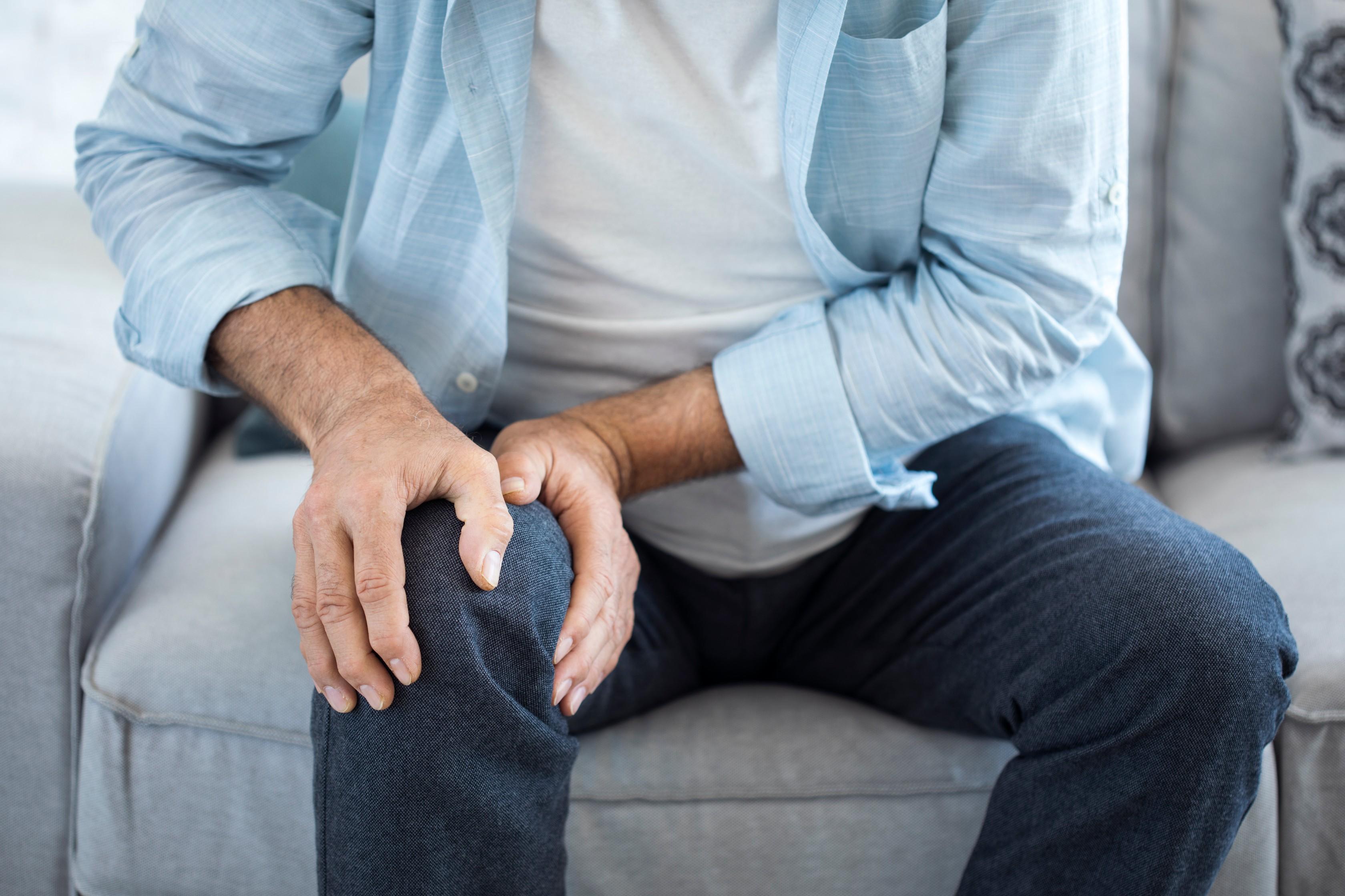 ropogás és ízületi fájdalom járás közben az ujj ízülete vágás után fáj
